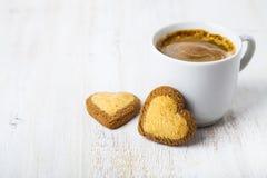 Herz-förmige Kekse und Kaffee lizenzfreie stockfotos