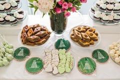 Herz-förmige Plätzchen Rosa und grüne, süße Tabelle im Restaurant lizenzfreie stockfotos