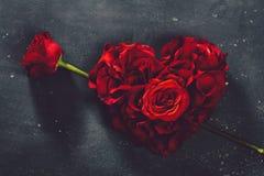 Herz-förmige Rosen und rosafarbene Blume stockbilder