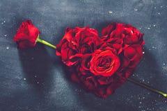 Herz-förmige Rosen und rosafarbene Blume stockfotografie