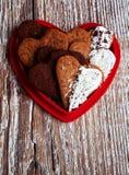 Herz-förmige Valentinsgruß-Tagesplätzchen verpackt in einem Formherzen Lizenzfreies Stockbild