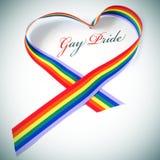 Herz-förmiger homosexueller Stolz des Regenbogenbandes und -textes Lizenzfreie Stockfotos