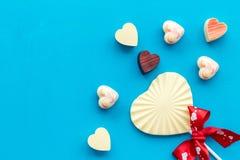 Herz-förmiger Konfektionsartikel für Valentinstag auf blauem Draufsichtraum des Hintergrundes für Text lizenzfreie stockbilder