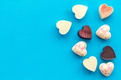 Herz-förmiger Konfektionsartikel für Valentinstag auf blauem Draufsichtraum des Hintergrundes für Text lizenzfreie stockfotografie
