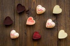Herz-förmiger Konfektionsartikel für Valentinstag auf Draufsicht des dunklen hölzernen Hintergrundes lizenzfreies stockfoto