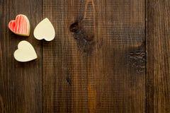 Herz-förmiger Konfektionsartikel für Valentinstag auf dunklem hölzernem Draufsicht-Kopienraum des Hintergrundes lizenzfreies stockfoto