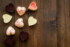 Herz-förmiger Konfektionsartikel für Valentinstag auf dunklem hölzernem Draufsicht-Kopienraum des Hintergrundes stockbilder