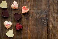 Herz-förmiger Konfektionsartikel für Valentinstag auf dunklem hölzernem Draufsichtraum des Hintergrundes für Text lizenzfreie stockbilder