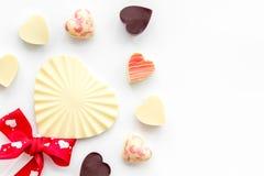 Herz-förmiger Konfektionsartikel für Valentinstag auf weißem Draufsicht-Kopienraum des Hintergrundes lizenzfreies stockfoto