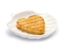 Herz-förmiger Toast im SHELL-förmigen Teller Lizenzfreies Stockfoto