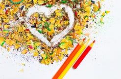 Herz, farbige Bleistifte und Schnitzel Stockfotografie