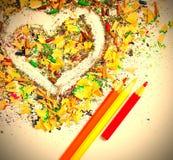 Herz, farbige Bleistifte und Schnitzel Stockbilder