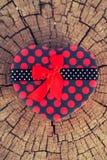 Herz-Form-Geschenkbox auf dem Baum-Stamm Stockfoto