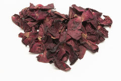 Herz-Form verwelkte das Rosenblumenblatt, das auf weißem Hintergrund lokalisiert wurde Stockfotografie