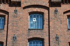 Herz formte Blatt Papier in einem mittelalterlichen Gitterfenster Lizenzfreies Stockfoto