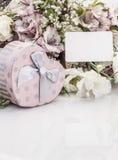 Herz formte Geschenkbox und Blumen mit einem Namensschild Stockfotografie