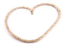Herz formte Knoten auf einem Jutefaserseil auf weißem Hintergrund Stockfoto