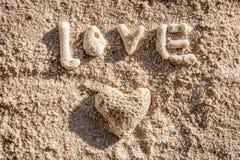 Herz formte Koralle und das Wort LIEBE auf Sand, Boracay-Insel, Philippinen stockfotografie