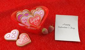 Herz formte Plätzchen in der Herz geformten Schüssel Lizenzfreies Stockfoto