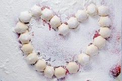 Herz formte rohe Mehlklöße stockfotos