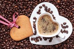 Herz formte Schale und Plätzchen auf Kaffeebohnehintergrund Lizenzfreies Stockbild