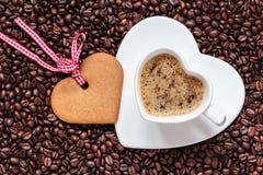 Herz formte Schale und Plätzchen auf Kaffeebohnehintergrund Stockfoto