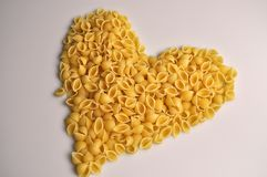 Herz formte traditionelle italienische Nahrung der Teigwaren stockfotografie