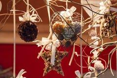 Herz formte und sternförmige Weihnachtsverzierungen und Aniskugel Stockfotos