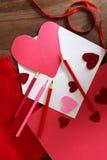 Herz formte Valentinsgruß ` s Tageskarte im Umschlag auf Tabelle mit Kunst Lizenzfreies Stockbild