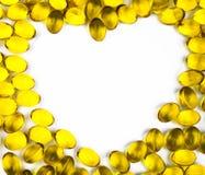 Herz formte vom Lebertran, der auf weißem Hintergrund mit Kopienraum lokalisiert wurde Quelle von Omega-3 DHA+EPA und Vitamin A u lizenzfreie stockbilder