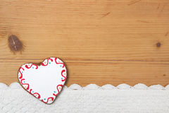 Herz formte Weihnachtsplätzchen, gewirkten Schnee auf hölzernem backgrou Stockfotografie