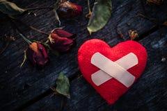 Herz gebrochen, Liebes- und Valentinsgrußtageskonzept Lizenzfreie Stockfotos