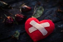 Herz gebrochen, Liebes- und Valentinsgrußtageskonzept Stockbilder
