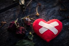 Herz gebrochen, Liebes- und Valentinsgrußtageskonzept Lizenzfreies Stockfoto