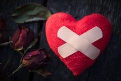 Herz gebrochen, Liebes- und Valentinsgrußtageskonzept Stockfotos