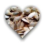 Herz gefüllt mit Kürbiskernen Stockbild