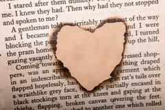 Herz geformt gebrannt aus gesimstem Papier heraus lizenzfreie abbildung