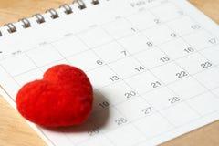 Herz geformte Stellung auf Kalender Tag 14 trifft Valentine Day r stockbild