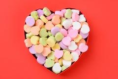 Herz-geformter Kasten mit Valentinsgruß-Süßigkeit stockfotos