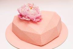 Herz geformter Kuchen verziert mit Pfingstrosenblume Lizenzfreie Stockfotografie