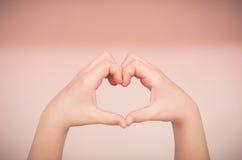 Herz gemacht mit den Händen Stockfotografie