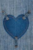 Herz gemacht vom Denimgewebe und drei Bügeln auf Licht befestigt Stockfotos