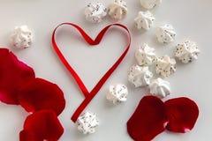 Herz gemacht vom roten Band mit Meringe Lizenzfreies Stockfoto