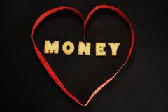 Herz gemacht vom roten Band mit Wortgeld nach innen Stockbilder