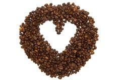 Herz gemacht von den Kaffeebohnen auf Weiß Stockfoto