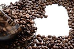 Herz gemacht von den Kaffeebohnen - Foto auf Lager Stockbilder