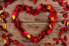 Herz gemacht von den roten Trockenblumengesteckblumenblumenblättern - Reihe 3 Lizenzfreie Stockfotos
