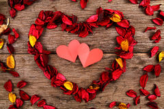 Herz gemacht von den roten Trockenblumengesteckblumenblumenblättern - Reihe 5 Stockfoto