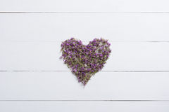 Herz gemacht von den Thymianen auf weißem Holztisch lizenzfreies stockfoto
