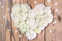 Herz gemacht von den weißen Blumen Zu küssen Mann und Frau ungefähr Lizenzfreies Stockfoto